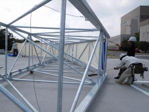 新型伸縮式仮設テント アルジャバラの設置の様子1
